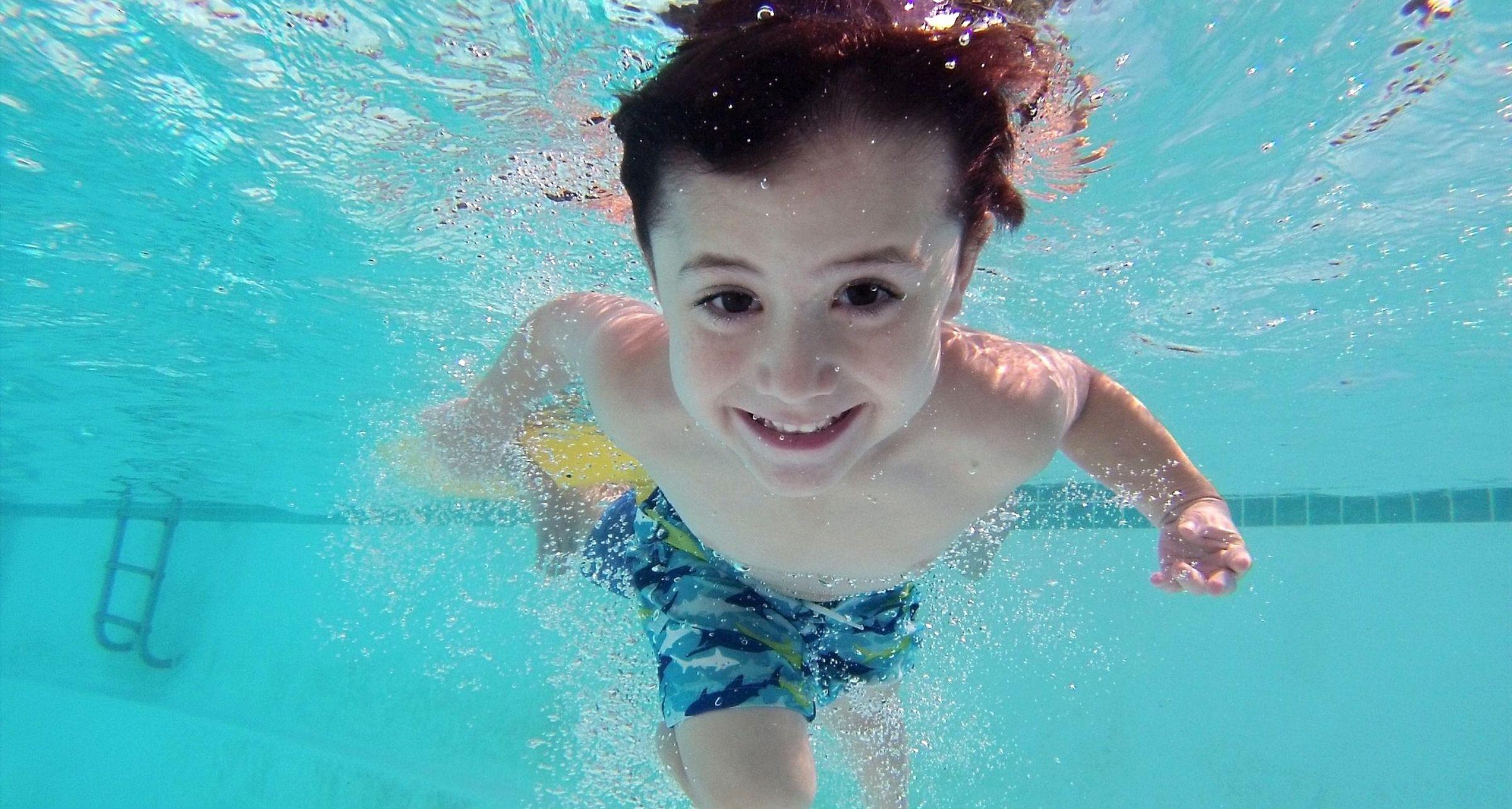 Otite del nuotatore: cause, sintomi e possibili rimedi